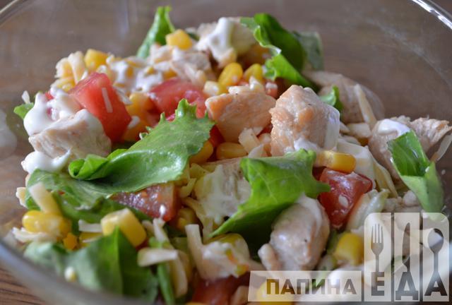 Салат з курячою грудкою, помідорами і сиром