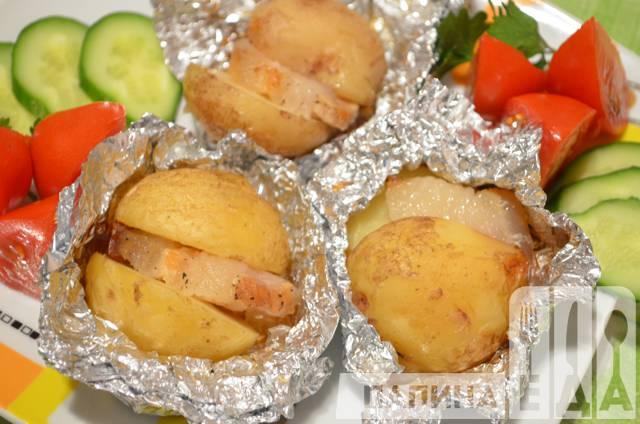 Картопля з салом, запечена у фользі