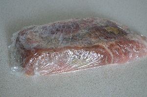 Покласти м'ясо на харчову плівку і викласти на нього подрібнені лаврові листи